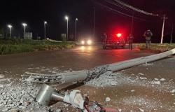 Veículo bate e derruba poste na Lions, em Tangará da Serra; motorista fugiu