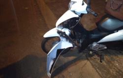Acidente deixa motociclista com suspeita de fratura no braço; motorista fugiu, mas placa do carro ficou