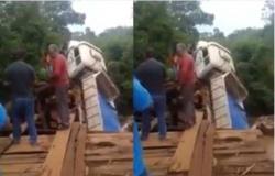 Caminhão fica pendurado em ponte de assentamento em Alto Paraguai; vídeo