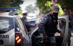 Jovem é preso por urinar em viatura da PM durante fiscalização de evento