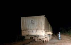 Carreta roubada em Barra do Bugres foi encontrada abandonada em Jangada.