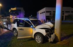 Motorista bate em super poste ao atravessar rotatória em Tangará