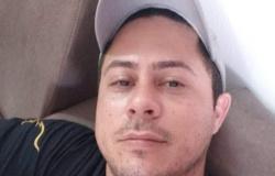 Jovem mata namorado e espera polícia sentado com faca usada no crime