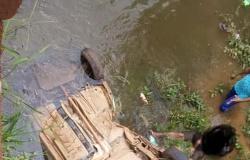 Picape cai de ponte após ser atingida por caminhão em Sapezal