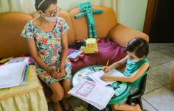Mãe ensina filho a escrever e alegria é recompensa diante de um câncer