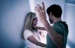 Marido espanca mulher com socos e chutes no rosto; vítima fica inconsciente
