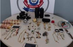 """Suspeito """"presenteia"""" amada com joias furtadas; PC prende os dois em Pontes e Lacerda MT"""