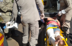 Motorista perde controle de carreta e capota próximo à ponte do Rio do Sapo