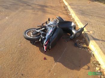 Mulher reduz velocidade para passar quebra-molas, é atingida por carro e fica ferida