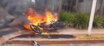 Moto pega fogo ao ser atingida por veículo que não respeitou sinalização em Tangará