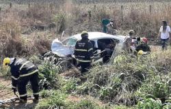 Carro invade pista, bate em carreta e três ficam feridos em MT