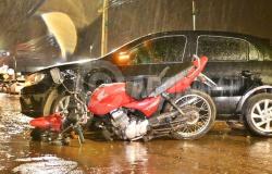 Batida de grande impacto parte moto ao meio e motociclista é arremessado a 6 metros