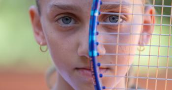 Aos 13 anos, Carol Beltramin é tão bela quanto fera no Circuito Estadual de Tênis