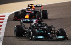 GP do Bahrein: Hamilton segura Verstappen e vence 1ª prova do ano da F1