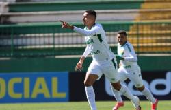 Cuiabá vira sobre a Chapecoense e conquista a primeira vitória no Brasileirão