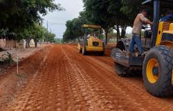 Tuti e Claudinei acompanham obras de terraplanagem para pavimentação no Jardim Renascer