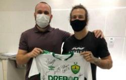 Lutador promove sorteio com camisa autografada do Cuiabá para competir nos EUA