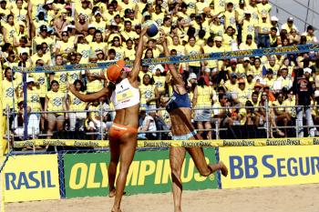 Final feminino do vôlei de praia entre as duplas Juliana e Larissa contra Ana Paula e Leila em Várzea Grande.