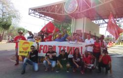 Trabalhadores da UFMT entregam panfletos durante paralisação nacional