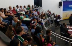 Grupo apresenta projeto de lei para igualar salários de vereadores ao dos professores municipais