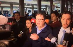Filmado recebendo mala de dinheiro, deputado Rocha Loures chega ao Brasil
