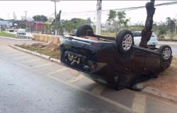 Motorista perde controle e carro capota na avenida Beira Rio em Cuiabá;