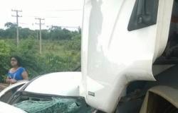 Uma colisão frontal entre um carro e um caminhão na BR-070, em Barra do Garças, a 516 km de Cuiabá, causou a morte de uma mulher de 79 anos, nesta qua