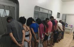 Dez pessoas são presas por ameaçar policiais durante enterro de membros de facção mortos em MT