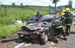 Caminhão capota, bate contra Gol e dois ficam presos às ferragens na Estrada da Guia