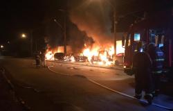 Criminosos jogam bomba e quatro carros apreendidos pela polícia são queimados em MT