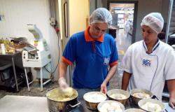 Fábrica cuiabana que funcionava em casa começa a exportar pão de queijo congelado para a China