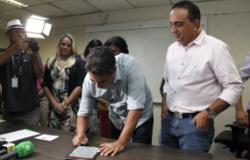 Aprovados em concurso são empossados com assinatura eletrônica