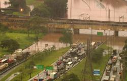 Chuva deixa um morto, causa dezenas de desabamentos e alagamentos e trava São Paulo
