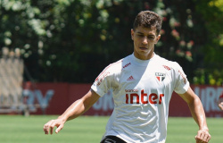 Após três testes negativos, Vitor Bueno é liberado para defender o São Paulo contra o Bragantino