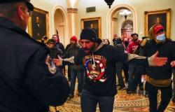 Insuflada por Trump, multidão invade Congresso e paralisa ratificação de Biden
