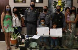Policiais recebem elogio por socorrer família durante temporal