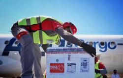 24 mil doses da vacina de Oxford contra a Covid chegam em aeroporto