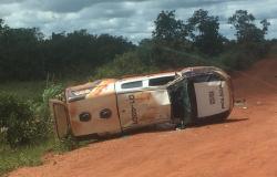 Carro da PM que escoltava veículo dos Correios com provas do Enem capota em MT