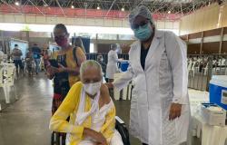 """Idosa de 110 anos é vacinada e filha comemora """"vamos ficar mais tranquilos agora"""""""