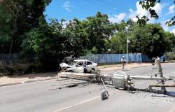 Motorista perde controle de carro e derruba em poste em Cuiabá