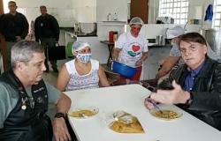 """Bolsonaro toma sopão em região carente e fala contra o """"fecha tudo"""""""
