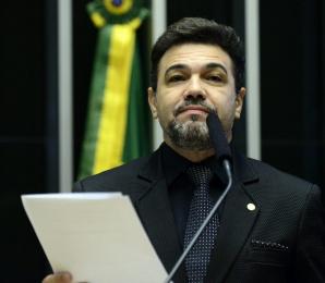 Culto com deputado Marco Feliciano é interrompido por violar distanciamento