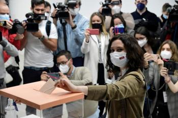 A presidente regional de Madri, Isabel Díaz Ayuso, vota na capital da Espanha - AFP