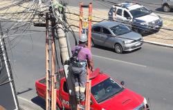 Trabalhador leva choque em poste de energia, fica pendurado em escada e é socorrido em Cuiabá