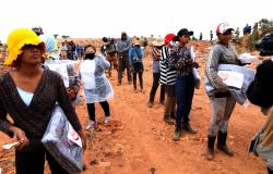 """Trabalhadores do Aterro Sanitário recebem cobertores da campanha """"Aquece Cuiabá"""""""