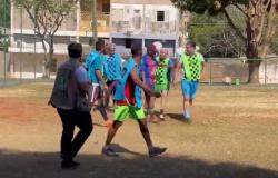 Emanuel joga 'pelada' com moradores e marca dois gols no CPA