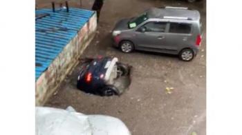 Vídeo: Carro é engolido por cratera na Índia