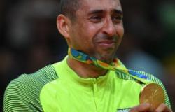 Serginho, bicampeão olímpico pelo vôlei brasileiro, tem carro queimado em garagem