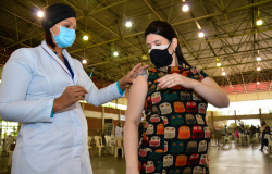 Grávidas e puérperas sem comorbidades podem ser vacinadas se tiverem indicação médica
