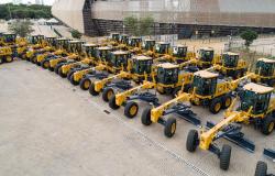 Governo entrega máquinas e equipamentos para manutenção de rodovias a prefeituras, consórcios e associações